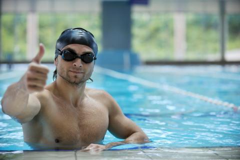 Nadar es muy saludable y alivia los dolores de espalda