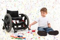 Niño en silla de ruedas por malformación congénita